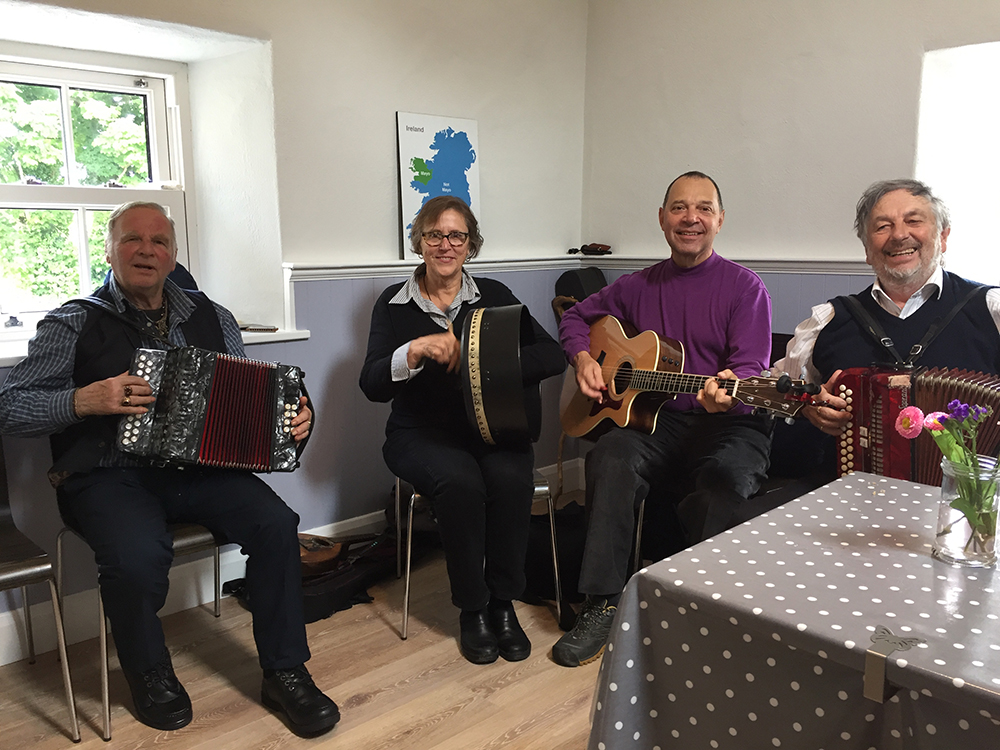musicians in cafe